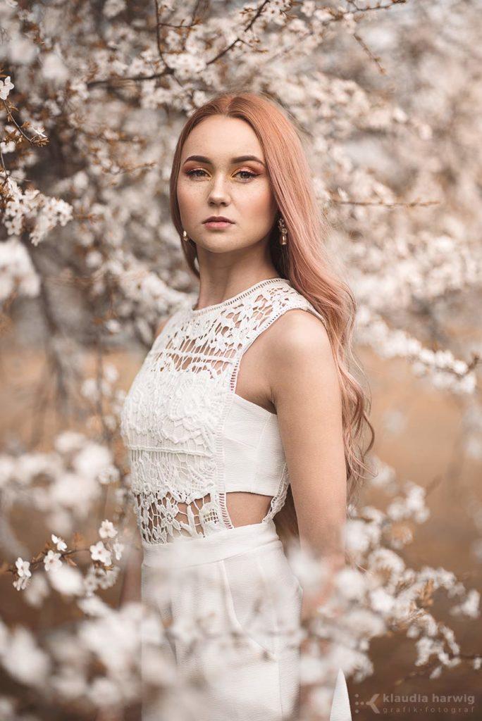 Sesja zdjęciowa kobiety w wiosennych kwiatach