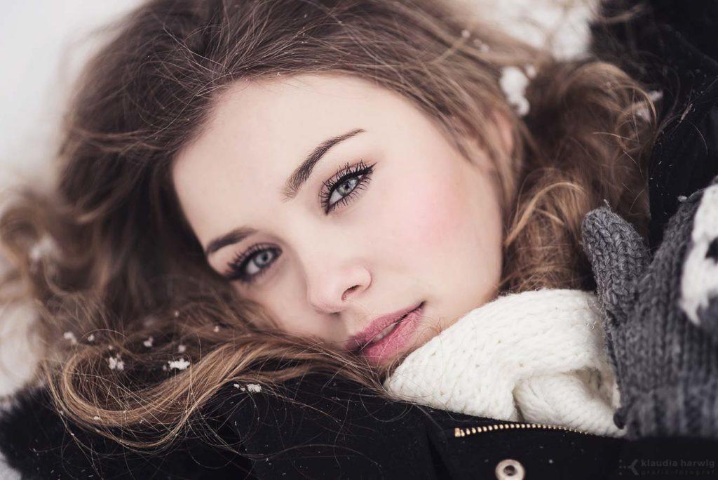 Zimowa sesja zdjęciowa kobieca w śniegu
