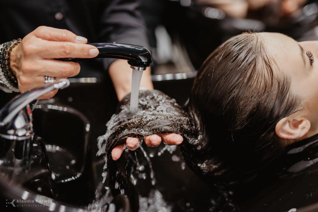 Zdjęcia w trakcie pracy fryzjera